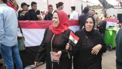 صورة المواطنين يحملون علم مصر فى بداية التصويت بانتخابات النواب بالمرحلة الأولى.