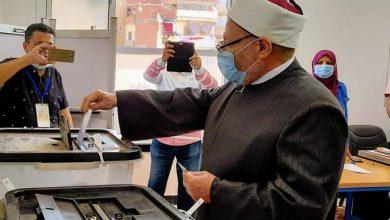 صورة مفتى الجمهورية يدلي بصوته بانتخابات النواب ويناشد المواطنين بالمشاركة الايجابية .
