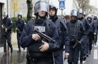 صورة الشرطة الفرنسية تخلى منطقة قوس النصر بسبب وجود قنبلة.