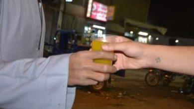 صورة اقباط اسنا بالأقصر يوزعون العصائر بالشوارع مشاركة باحتفال المولد النبوي الشريف